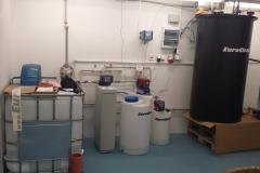 Změkčovač vody Aquasoftener jako součást sestavy pro ředění formaldehydu v Procharitu s.r.o.