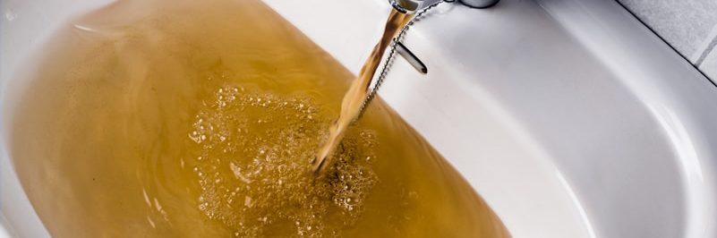 Zákal vody v umyvadle v bytovém domě, kde se řeší centrálně pomocí zařízení
